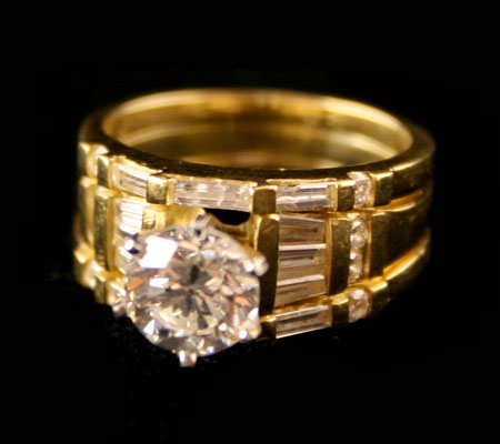 18 Karat Gold Ring Set with 8 Round Diamonds, 10 Baguette Diamonds, and a Central Round Diamond