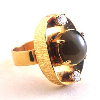 Ring of 18k Gold with 2 Diamonds & Tourmaline Cat's Eye