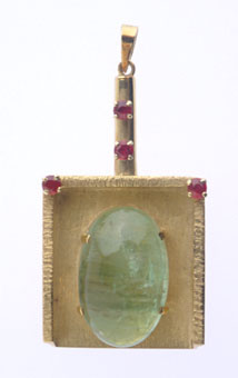 Gold Pendant in the Shape of a Mahta Featuring an Emerald
