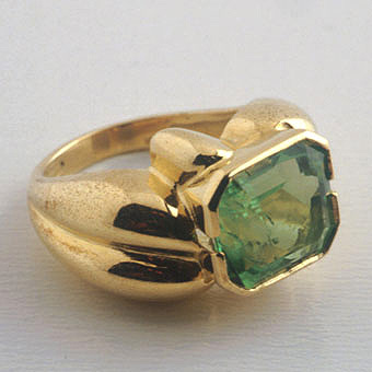 Gold Ring Featuring a Colombian Emerald