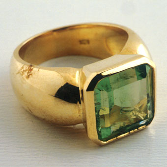 Gold Ring Featuring a Colombian Emerald Ring