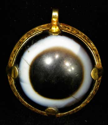 Incised Gold Pendant Featuring an Eye Agate
